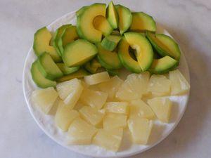 Pendant ce temps détailler les tranches d'ananas et lever les quartiers de pamplemousse....