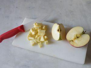 Ensuite découper la pomme en petits cubes et les carambars en petits morceaux.....