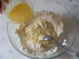 Puis finir de délayer avec le beurre fondu.... La pâte doit former un ruban...