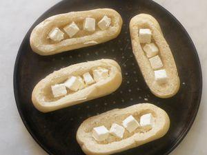 Emincer et faire dorer l'oignon... Déposer dans chaque pain un fromage coupé en 4...