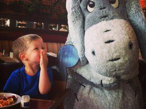 rdv au steakhouse de Disney Village pour en brunch en compagnie des personnages .... il était trop content
