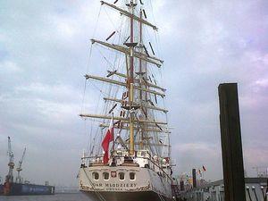 Photos envoyées par Arthur de la fête du port de Hamburg (bateau-école et frégate allemande type F123)