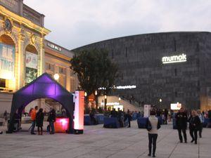 Le MQ le soir / Oeuvres de C. von Bonin au MUMOK.
