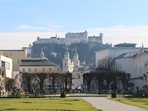 Depart en train et visite de la ville dominée par la majestueuse forteresse (Festung)