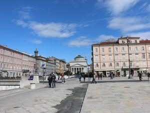 """Le centre de la ville de Trieste (ainsi qu'une photo du 3-mâts """"Amerigo Vespucci"""" en escale)"""