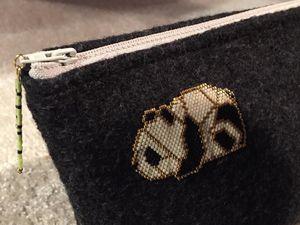 pochette de toilette avec panda brick stitch aplliqué