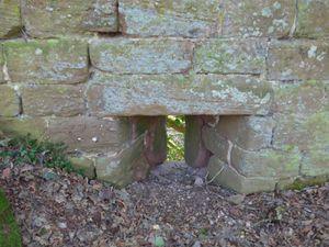 Détails du château, notamment une archère