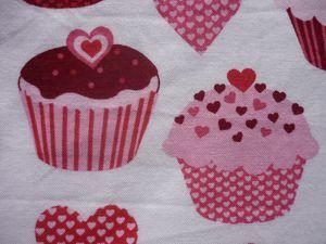 Tissu Robert Kaufman blanc avec cupcakes et coeurs acheté chez modes4u, tissu coton drap blanc Mondial tissu, ruban sergé CréaPécam, feutre Posca.