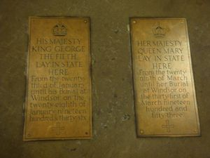 Plaques commémoratives (Westminster Hall - Westminster Palace) + Statue de George V entre Westminster Abbey et The House of Parliamant