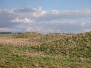 Le site en travaux et les collines encercles de douves...