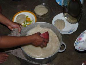 le couscous est prêt, c'est le moment de servir à l'aide d'un petit bol en plastique que l'on trempe de temps en temps dans de l'eau froide ce qui permet au couscous de bien décoler et de  faire des jolies boules, plusieurs personnes ont été conviées à ce grand festin hé oui c'est la famille Africaine