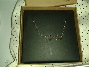 Un petit collier dans sa jolie boîte... Il est pas mal quand on ne sait pas quoi mettre comme collier mais la qualité est moindre (il s'est détaché deux fois en une journée)...
