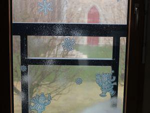 """DIY pochoirs maison. Celui-ci est simple mais assez long. J'ai imprimé des flocons que j'ai découpés ensuite. J'ai nettoyé ma vitre, fixé les flocons, étoiles... et j'ai """"pschitté"""" la neige, le temps que ça seiche, j'ai mis mes autres décos de fenêtre achetées et j'ai ensuite décollé délicatement les papiers (attention les papiers sont très humides et très fragiles du coup). Et voilà, une fenêtre simplement décorée mais hyper jolie à mon goût. =)"""