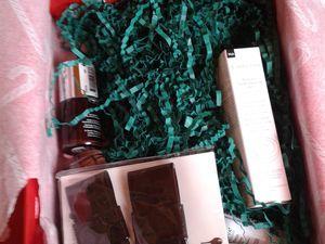 Un papier de soie tout mimi avec ses sucres d'orge mais le HIC (il en fallait un!), les papiers verts (qui changent du noir certes) mais là, ça ne va pas!! Ok c'est Noël, du rouge, du vert un peu partout mais déjà que le noir était dérangeant mais là le vert c'est...!! :/