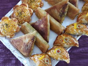 Briques avec du poulet, crevettes et légumes et feuilletés avec viande haché et fromage.