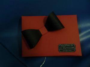 Papiers cartonnés noir nu, rouge rouge, gris souris et murmure blanc&#x3B; encreurs blanc et noir&#x3B; ruban organza&#x3B; sets de tampons T'as un ticket, Simply Star, Warmth and Wonder, C pour toi