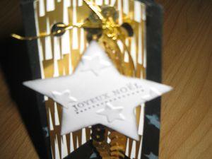 """Papiers cartonnés noir nu et murmure blanc&#x3B; papier imprimé """"Magie de Noël""""&#x3B; framelits bannières, feathers, étoiles&#x3B; perforatrice noeud&#x3B; plioir à gaufrage """"à la belle étoile""""&#x3B; fils métallisés et sequins or."""