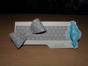 Papier cartonné naturel blanc&#x3B; papier imprimé jardins de givre&#x3B; set de tampons festive flurry, T'as un ticket et voeux mignons&#x3B;  encreurs gris souris, copacabana et pigment pistache&#x3B;  bigz noeud parfait&#x3B; framelits jolis flocons&#x3B; perforatrices bordure chaîne à festons, duo de tickets et fenêtre pour texte.