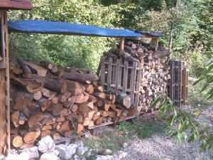 """Oct 2014 : les bâches mises en place étaient abîmées par les frottements sur le bois, j'ai donc placé un grillage sur lequel reposent les nouvelles bâchounettes (diminutif affectif avec le suffixe """"ounette"""")"""