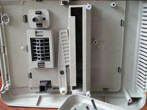 Heureusement que la console est assez grande car avec le connecteur cartouche central, la recherche de l'endroit idéal où positionner le Raspberry Pi 3 n'est pas aisé. Les deux dernières photos présentent le mécanisme de sécuité qui empêche l'extraction de la cartouche de jeu quand la console est sous tension grâce à un levier relié au bouton ON / OFF..