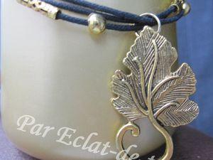 BRACELET MULTI-RANGS FEUILLE DORE ET FILIGREE - En coton ciré noir (1,5mm). Il est accompagné de plusieurs tubes filigree doré et d'une feuille de vigne dorée. Longueur du bracelet : 23cm. Taille de la feuille en hauteur : 3,5cm. PRIX : 14.50 EUROS