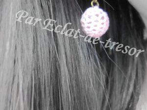 BOUCLES D'OREILLES AU CROCHET ROSE - Cette paire de boucle d'oreilles au crochet rose (coton) égaiera votre tenue en attendant l'arrivée du soleil. Longueur : 3,5cm. Taille de la perle : 16mm. PRIX : 12 EUROS