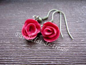 BOUCLES D'OREILLES LA ROSE EN ROUGE - Boucles d'oreilles simples et élégantes composées d'une rose rouge.  Taille de la rose : Environ 10mm. Longueur : 3cm. PRIX : 11 EUROS