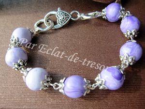 BRACELET DE PERLES DÉGRADÉ VIOLET - Charmant bracelet constitué de perles artisanales (dégradé violet) et de coupelles en forme de fleur.  Longueur : Environ 21cm. PRIX : 16 EUROS