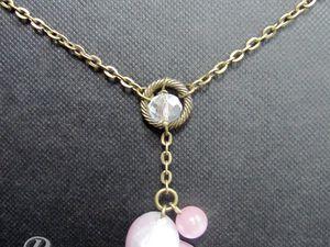 """COLLIER COEUR IRISÉ ET CRISTAUX, BIJOU DE DOS - Collier chaîne unique et romantique avec un coeur fait-main (couleur rose/bleu effet irisé) et une perle """"oeil de chat"""" (rose).  Un cristal à facette d'Autriche (qualité supérieure, effet arc-en-ciel) ainsi qu'un bijou de dos viennent illuminer ce collier. Longueur : Environ 46cm. PRIX : 19 EUROS"""