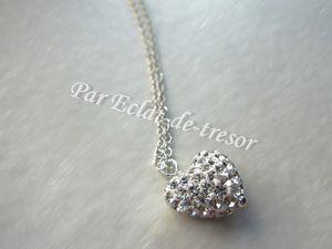 COLLIER EN ARGENT STERLING COEUR DE CRISTAUX - Modèle de collier très apprécié des femmes avec une fine chaîne en argent (poinçonnée 925) qui permet de porter ce collier discrètement.  Le pendentif en forme de coeur est incrusté de véritables cristaux tchèques de très belle qualité, le rendu est étincelant.  Longueur : 41,5 cm. Pendentif : 12*10 mm. Note : Livré dans sa pochette en velours. PRIX : 60 EUROS