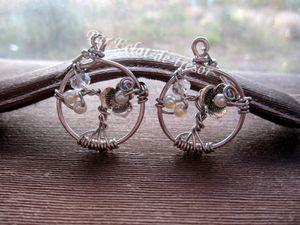 BOUCLES D'OREILLES ARBRE DE VIE BLANC NACRÉ - Boucles d'oreilles en aluminium uniques et originales représentant un arbre de vie décoré d'une fleur et illuminé par des cristaux d'Autriche transparents. Quelques perles de couleur ivoire nacré viennent compléter ce bijou élégant. L'arbre de vie représenterait la force de la Vie et ses origines. Convient parfaitement pour faire un cadeau unique. Taille du cercle : 28*30 mm. Longueur portée : 5 cm. Note : La couleur de ces boucles d'oreilles se rapproche de l'argent mais il s'agit d'une couleur rose ancien (plus foncé). PRIX : 14 EUROS