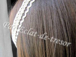 HEADBAND ATHÉNA TISSU BEIGE - Ravissant headband composé de tissus de couleur beige. Ce bijou s'adapte à votre tête grâce à sa chaîne d'extension décoré d'un cristal d'Autriche de qualité supérieure (couleur sable transparent). Taille : Adaptable jusqu'à 60cm. [VENDU]