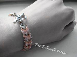 BRACELET CHEVRON PERLES NUDE, RÉVERSIBLE - Cet été adoptez ce joli bracelet tissé main aux couleurs chaleureuses : corail, étain, mélange de rose, blanc et gris translucide.    Ce bijou est réversible et peut être porté du côté des perles blanches (effet aurore boréale).  Attachez ce bracelet à votre poignet grâce au fermoir en forme de coeur orné de fleurs. Un fil très résistant a été utilisé pour tisser les perles. Taille : Environ 18,5 cm. Note : Livré dans sa pochette en organza. PRIX : 28 EUROS