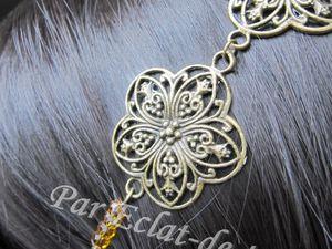 HEADBAND FLEUR FILIGRANE BRONZE - Joli accessoire de tête composé de six fleurs argentées en métal et d'un élastique noir qui permettra de l'adapter à toutes les têtes.  Des cristaux à facette d'Autriche (topaze) viennent embellir ce bijou indispensable pour l'été. Longueur : 54cm. Note : Ce bijou peut se porter au niveau du front. [VENDU]