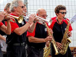 Une joyeusen mais chenue - à quelques exceptions près - fanfare de jazz style New-Orleans&#x3B;