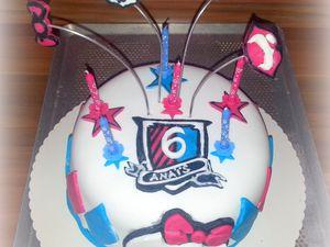 """Gâteau sur le thème """"Monster High"""" pour une demoiselle de 6 ans. Génoise (recette bientôt!!!) imbibée d'un sirop de fraise, confiture de fraise et ganache montée chocolat blanc vanille."""