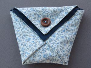 Pochette en tissu de style origami, petits boutons, qlq épingles de décoration et une échette de coton DMC pour broder