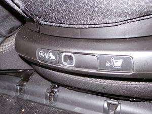 A gauche la manette de rotation / A droite le bouton pour le passage dos ou face route