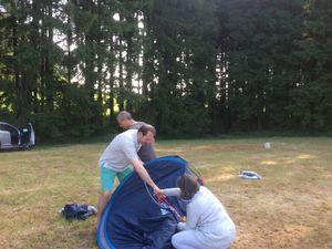 Quelques difficultés le lendemain matin pour replier la super tente Décathlon 2 sec d'Isa et Xavier mais tout s'arrange grâce au secours de la patrouille...