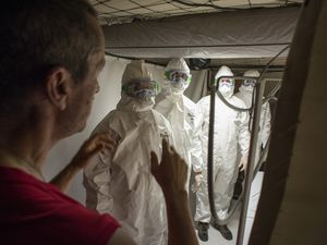Ebola : immersion au centre de traitement des soignants