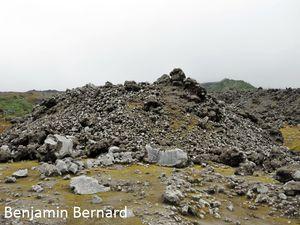 Front de la coulée de lave du 17 août 2006 recouverte entre 2011 (gauche) et 2014 (droite) par la coulée pyroclastique du 14 juillet 2013.