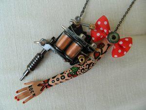 Sautoir pistolet de tatouage et bras de Barbie tatoué
