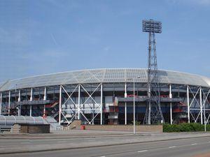 A gauche : Vue aérienne du Pont Erasmus pendant le marathon. A droite: le Feyenoord Stadion