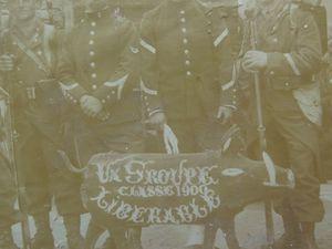 Arthur Salmon : A son incorporation , à la fin de son service militaire : gallons et calot de travers, et en 1914 au 90°RI de Chateauroux (croix à l'encre). Cliquer sur les vignettes pour voir les images en entier.