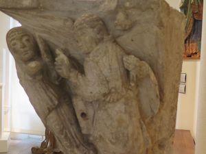 Le benitier de St Pierre. Aprés restauration devenu chapiteau au musée. Cliquer sur les images pour découvrir les chapitaux en entier.