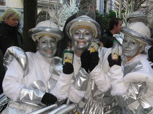 """La troupe des Flambarts ,qui ouvre le défilé.. Le secret des Flambart(e)s pour défiler souvent dans le froid pendant près de trois heures dans les rues de Dreux: l'""""Apasfroid"""" un rhum arrangé qui leur est réservé."""