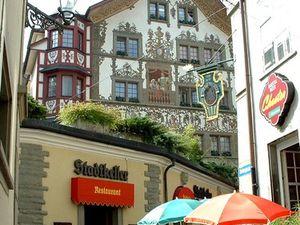 Des restaurants ont eux aussi la tradition des façades peintes.