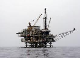 Le puits de pétrole sur terre et en mer (internet)
