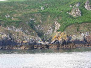 - Un abri difficile à repérer en venant du large, sauf si l'on apercoit les barques au mouillage...