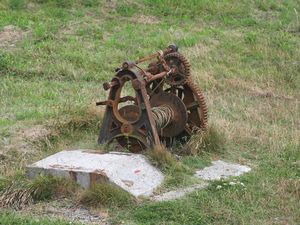 Le vieux treuil et anciennes poulies de renvoi du cable de halage...
